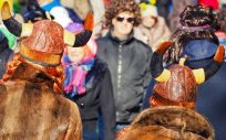 Un grupo de personas disfruta del Carnaval, una época en la que se intensifica la trombosis hemorroidal