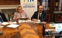 De izq. a der.: Luis de Miguel Ortega, abogado de la Fundación Terapias Naturales; Mar García Fernández, presidenta de la FNT y Moisés Cobo Fernández, patrono de la entidad.