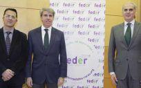De izquierda a derecha: Juan Carrión, Ángel Garrido y Enrique Ruiz Escudero, durante un encuentro en el que analizó las medidas de la Comunidad de Madrid en el ámbito de las enfermedades raras