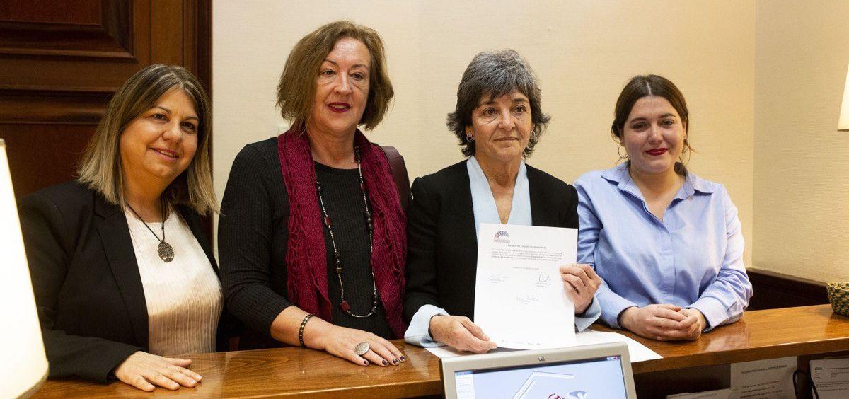 Diputadas y senadoras de Unidos Podemos registrando en el Congreso la Ley de Salud Mental.
