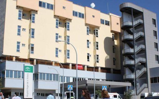Concentración en repulsa a la agresión a un médico en el Hospital Virgen de la Victoria de Málaga