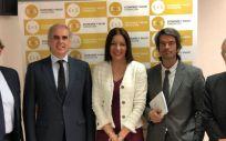 Enrique Ruiz Escudero, consejero de Sanidad, junto a Lola Moreno, consejera de Políticas Sociales y Familia