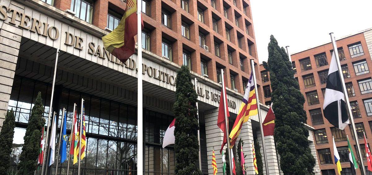 Sede del Ministerio de Sanidad, con las banderas de las comunidades autónomas ante la celebración del Consejo Interterritorial.