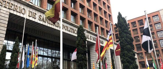 Sede del Ministerio de Sanidad, con las banderas de las comunidades autónomas ante la celebración del Consejo Interterritorial. (Foto. ConSalud)