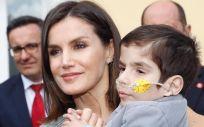 La reina Doña Letizia, junto a un niño afectado por una enfermedad rara.