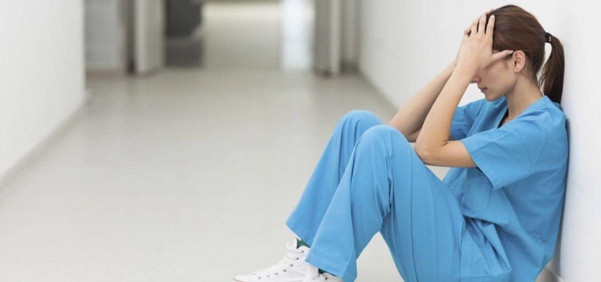 El déficit de enfermeras y enfermeros en la sanidad pública está generando un enorme desgaste físico y psíquico entre estos profesionales sanitarios.