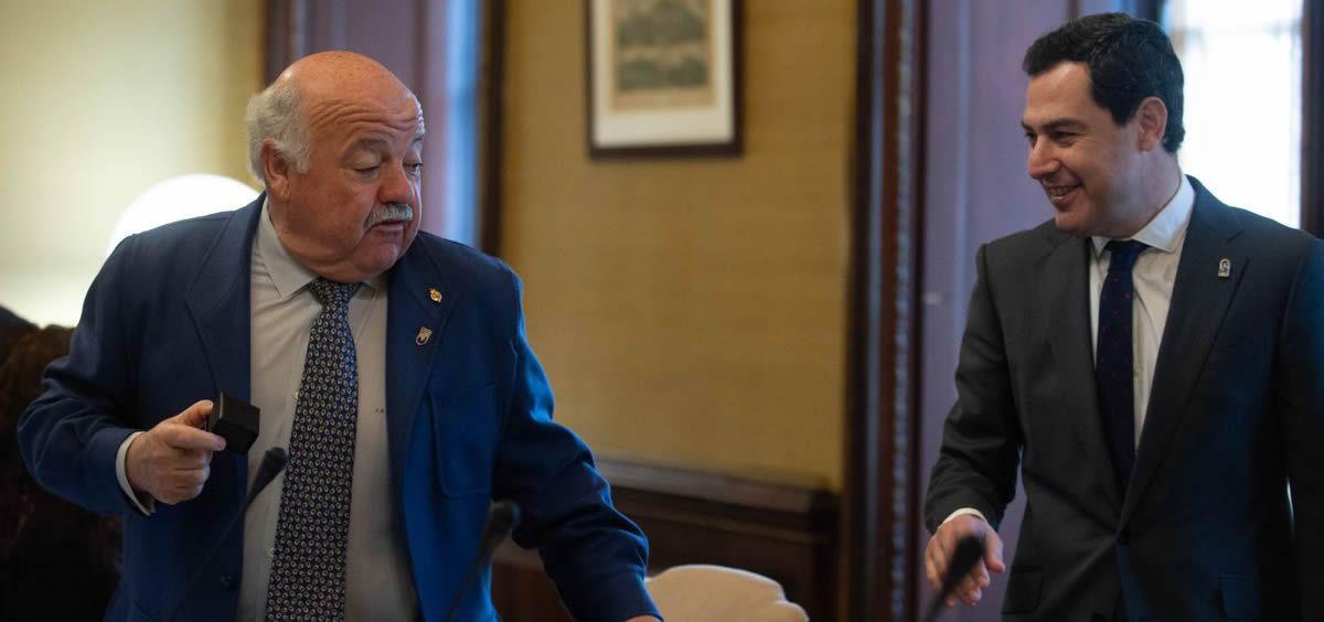 El consejero de Salud y Familias, Jesús Aguirre, y el presidente de la Junta de Andalucía, Juan Manuel Moreno Bonilla