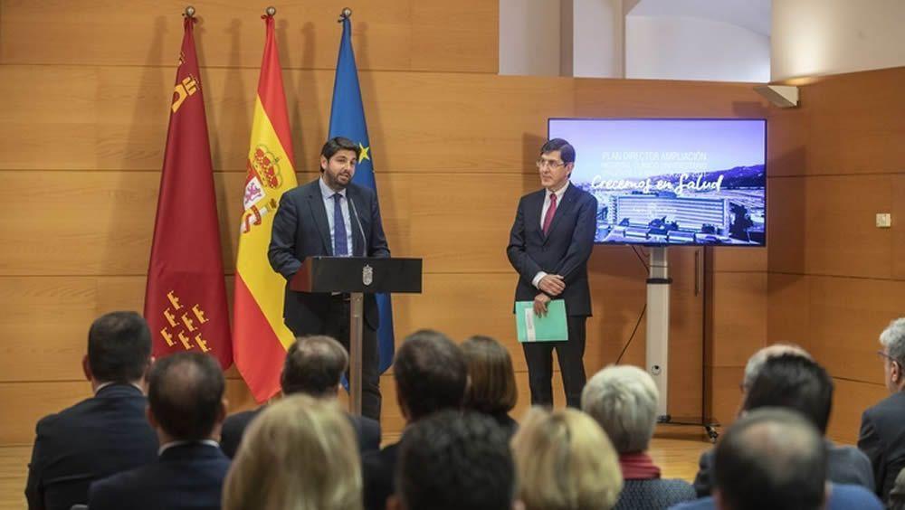 El presidente de la Región de Murcia, Fernando López Miras, junto al consejero de Salud, Manuel Villegas.
