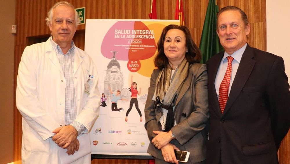 El Dr. Javier Cobas Gamallo, Subdirector Gerente del Hospital de La Paz; la Dra. Maria Inés Hidalgo, Pediatra del Centro de Salud Barrio del Pilar y el Dr. Jose Casas, de la Unidad de Adolescentes del Hospital La Paz