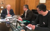 El consejero de Salud y Familias de Andalucía, Jesús Aguirre, en su reunión con representantes de CCOO