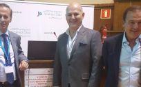 Los doctores Tuñón, Gómez y Dodero, en el Aula Magna de la FJD, que acogió la celebración del curso