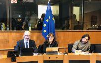El director general de Recursos Humanos, Iñigo Cortázar, y la directora gerente del Servicio de Salud de Castilla-La Mancha (Sescam), Regina Leal, en el Parlamento Europeo