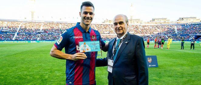 Javier Gómez Ferrer, consejero de Asisa Lavinia y delegado en Valencia, entrega a Róber Pier su premio.