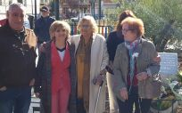 Luisa Carcedo, ministra de Sanidad, junto a Manuela Carmena, alcaldesa de Madrid, y asociaciones de víctimas.