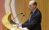 El consejero de Sanidad, Jesús Vázquez Almuiña, ayer durante su intervención en el Parlamento de Galicia.
