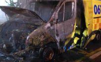 Imagen de una de las ambulancias quemadas durante la huelga de trabajadores del sector.