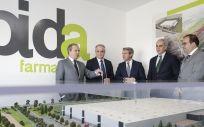 Ángel Garrido y Enrique Ruiz Escudero durante su visita a Bidafarma