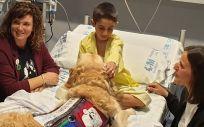 El pequeño Adrián y el perro Zenit, en una habitación del Hospital Universitario 12 de Octubre