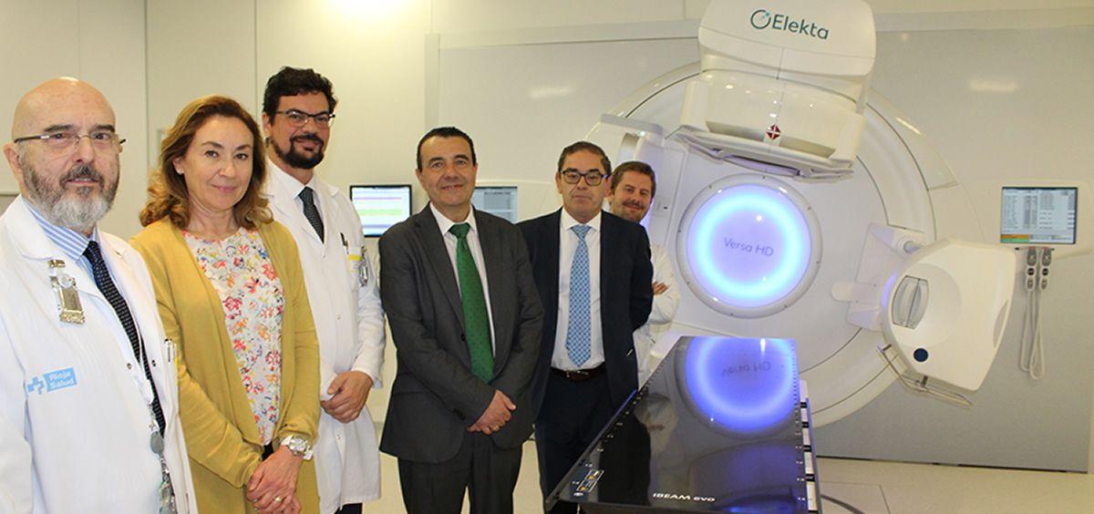La consejera de Salud, María Martín, ha mantenido una reunión de trabajo en el Centro de Investigación Biomédica de La Rioja (CIBIR) con el jefe de servicio de la Unidad de Oncología Radioterápica, Gustavo Ossola, y profesionales del servicio.