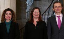 La presidenta del Gobierno de las Islas Baleares, Francina Armengol, en el centro de la imagen, acompañada por el ministro de Ciencia, Innovación y Universidad, Pedro Duque