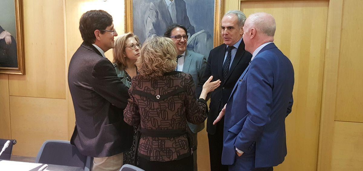 La ministra de Sanidad, María Luisa Carcedo, hablando con varios consejeros autonómicos antes de la reunión sobre Primaria. (Foto. ConSalud)