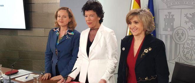 María Luisa Carcedo (d), ministra de Sanidad, junto a Nadia Calviño (i), ministra de Economía, e Isabel Celaá, portavoz.