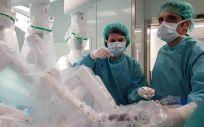 El doctor Cabello, de la Fundación Jiménez Díaz, colocando los brazos del robot quirúrgico