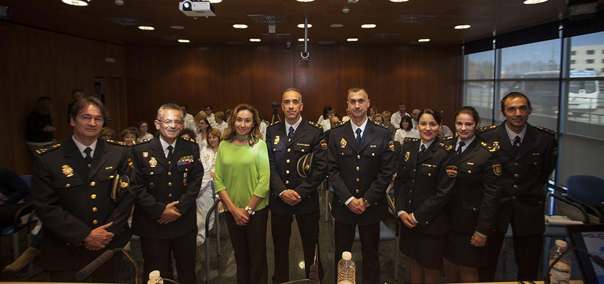 María Martín, consejera de Salud de la Rioja junto a profesionales de Policía en la jornada de prevención de agresiones