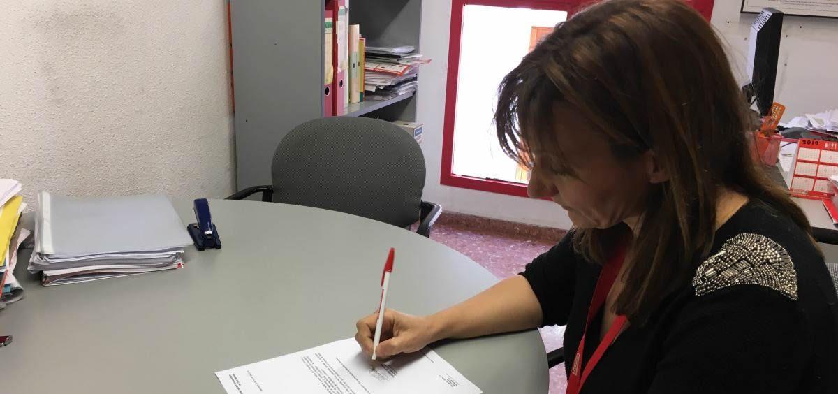 La secretaria general, Rosa Atiénzar, firma el documento remitido a la Consejería de Sanidad.