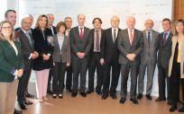 Foto de familia de los consejeros de Sanidad con miembros del Grupo AP 25.