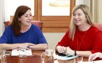 Francina Armengol, presidenta de Baleares, junto a Patricia Gómez, consejera de Salud