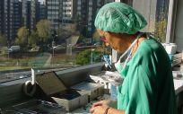 Una profesional de Enfermería desarrolla sus funciones sanitarias
