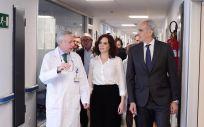 Isabel Díaz Ayuso y Enrique Ruiz Escudero, durante su visita al Hospital Universitario Ramón y Cajal de Madrid