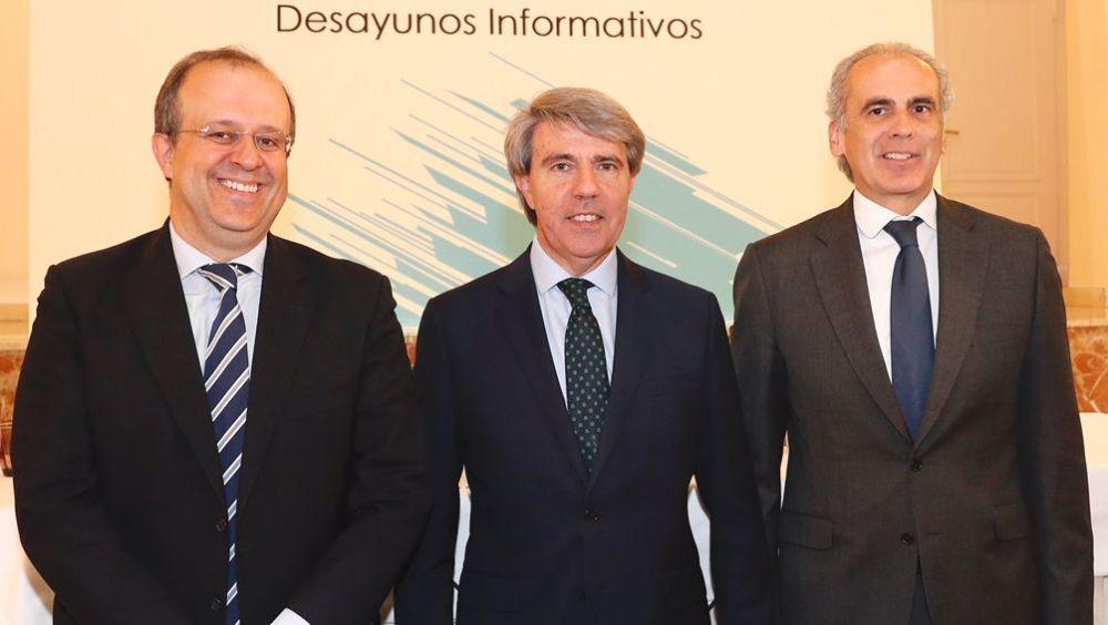 Enrique Ruiz Escudero (d), consejero de Sanidad de la Comunidad de Madrid, junto a Ángel Garrido (c), presidente madrileño, y César Chiva, director general de Executive Fórum España.