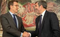 Los presidentes del Gobierno canario y de la Xunta gallega critican que el Estado obligue a pagar a los bancos en vez de destinarlo a servicios públicos.