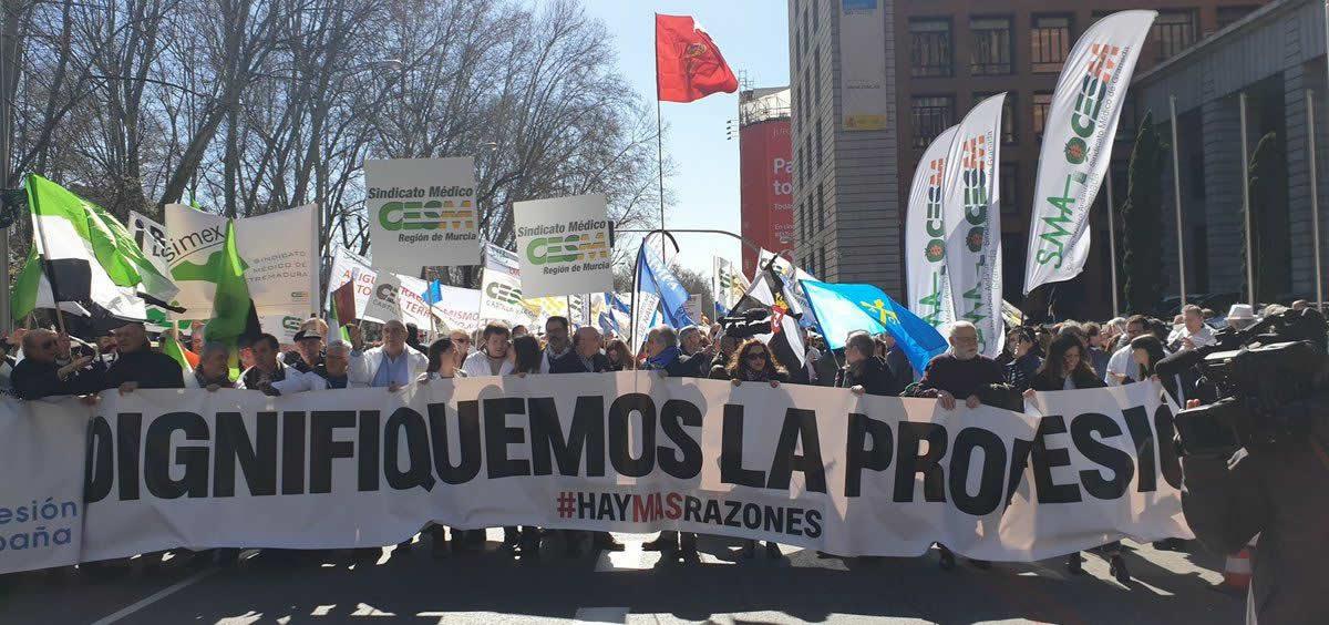 Imagen de la manifestación de los médicos de todo el país celebrada el pasado mes de marzo a las puertas del Ministerio de Sanidad en Madrid. (Foto. CESM)