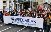 El colectivo Precarias por la Atención Primaria en una de las manifestaciones realizadas en Santiago de Compostela en defensa de la sanidad pública.