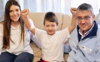 Nicolás, paciente de 7 años, tras recibir el tratamiento en su casa