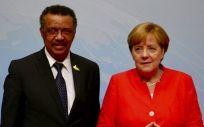 El Dr. Tedros Adhanom, director general de la OMS, junto a la canciller alemana, Angela Merkel.