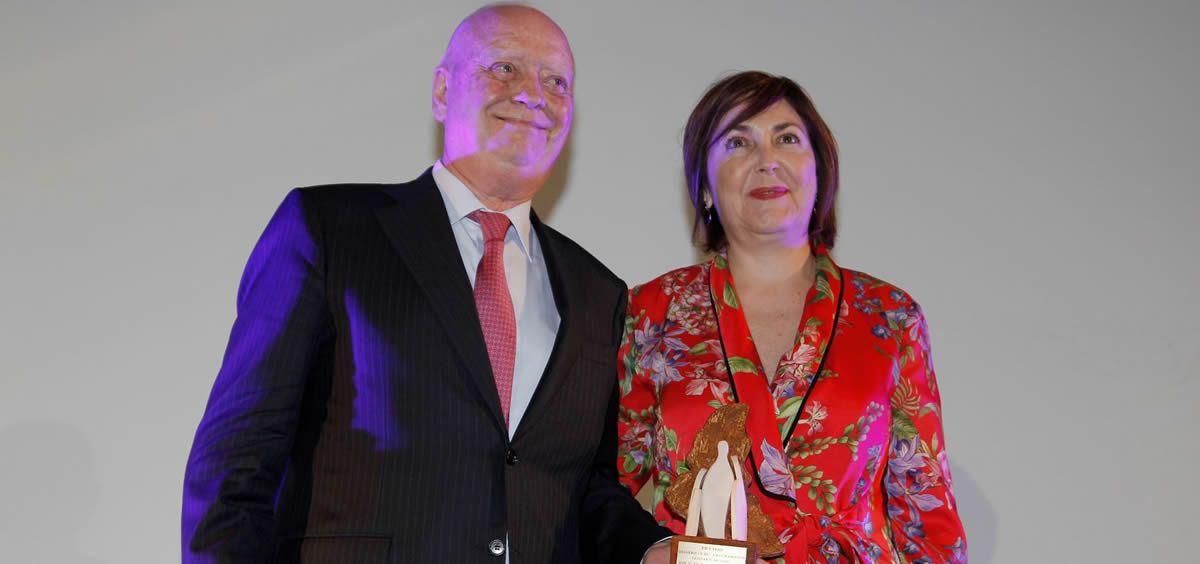 La Dra. María Isabel Moya, presidenta del Colegio de Médicos de Alicante, entregó su premio al Dr. Francisco Ivorra, presidente del Grupo Asisa.