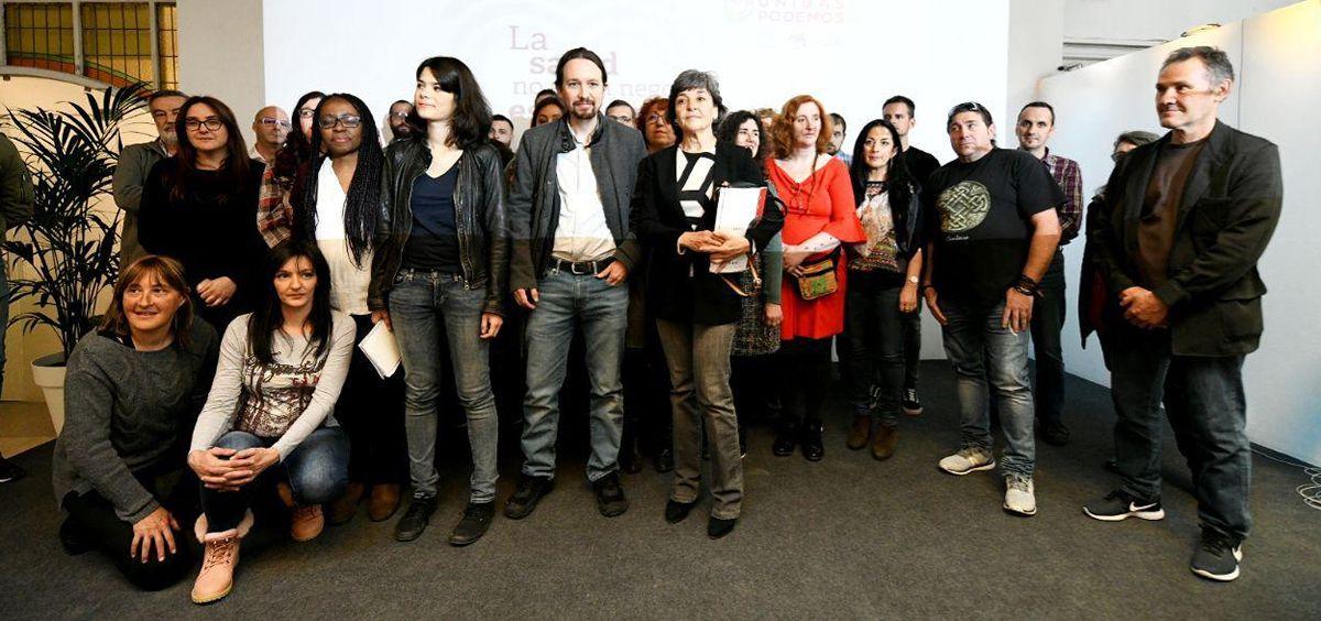 Isabel Serra, Pablo Iglesias y Amparo Botejara, en el centro de la imagen, junto a representantes de diferentes colectivos sanitarios.