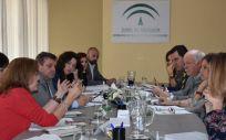 El consejero de Salud y Familias, Jesús Aguirre, y la consejera de Igualdad, Políticas Sociales y Conciliación, Rocío Ruiz, junto a sus equipos directivos