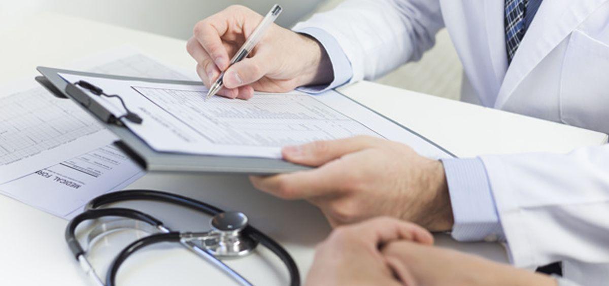 Profesionales sanitarios observando datos de un informe (Foto. Freepik)