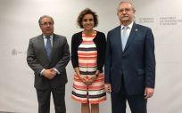 De izq. a drcha.: Juan Ignacio Zoido, ministro del Interior; Dolors Montserrat, ministra de Sanidad; y Serafín Romero, presidente de la OMC.