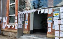 Pegada de carteles realizada por el SMN en un centro sanitario de la comunidad autónoma.