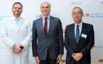 El consejero de sanidad, Enrique Ruiz Escudero, visita la primera unidad creada en España de cáncer hereditario en su 20 aniversario