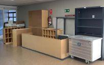 Muebles acumulados en los pasillos del Hospital de la Ribera