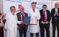 Enrique Ruiz Escudero, consejero de Sanidad, entregando el sello de excelencia al Hospital Niño Jesús