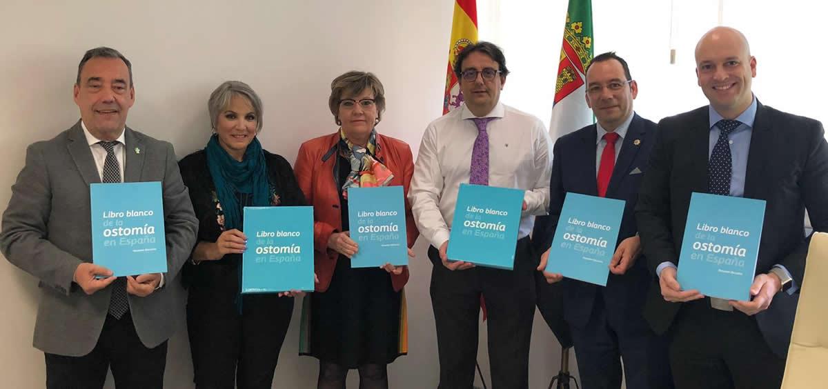 Reunión de los pacientes ostomizados y sus enfermeras estomaterapeutas con el consejero de Sanidad de Extremadura, José María Vergeles