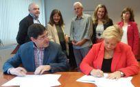 El consejero de Salud, Manuel Villegas, y la presidenta de la Asociación Teléfono de la Esperanza de Murcia, María Joaquina Guerrero, han firmado este jueves el acuerdo
